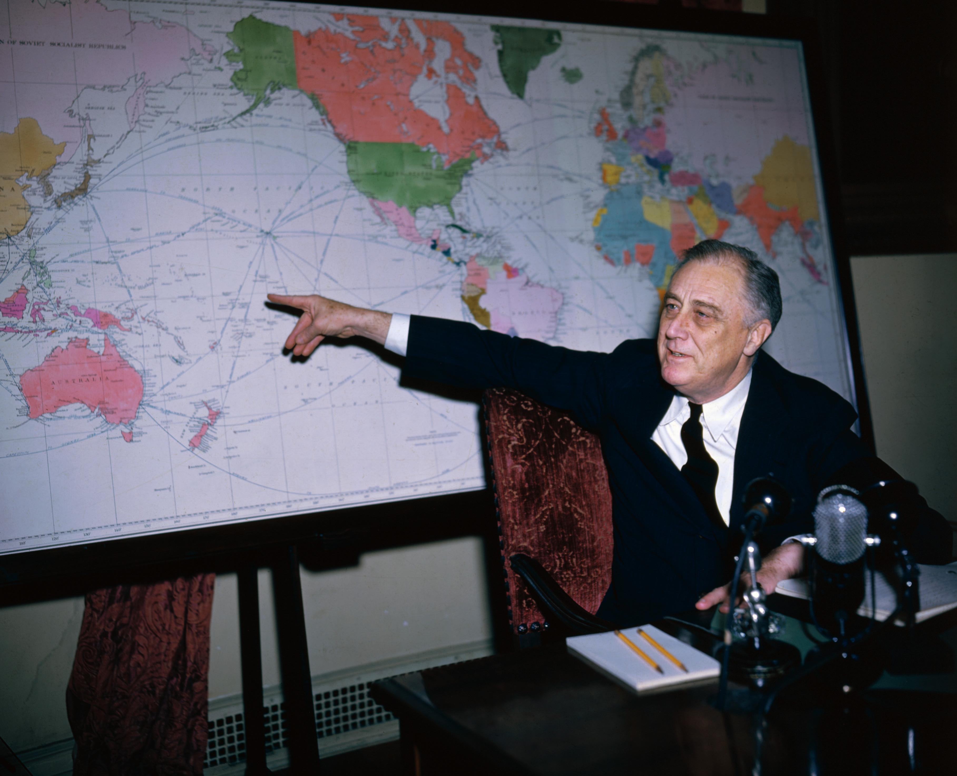 Uspresidentfranklindelanorooseveltpointingtomap Franklin Fdr Us Map