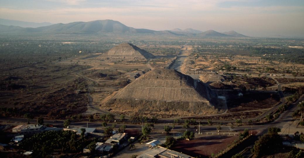 the pyramids of teotihuacan Efectivamentela ultima fotografía no corresponde al sitio arqueológico de teotihuacan sino a chichen itza en cancun,mexico.