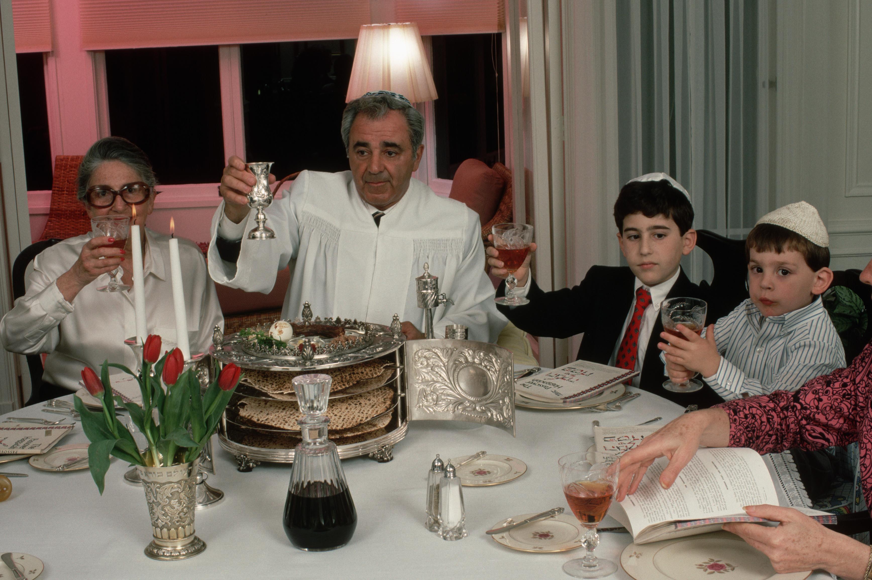 Jewish Passover Celebration Jewish-family-celebrating