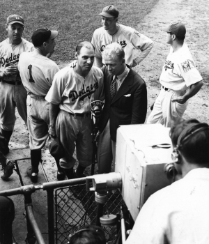 Dodgers broadcaster Red Barber interviews Brooklyn manager Leo Durocher, August 26, 1939. (Credit: Sporting News via Getty Images)