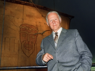 Heyerdahl poses in front of Kon-Tiki display, 1990. (Credit: AGNETE BRUN/AFP/Getty Images)