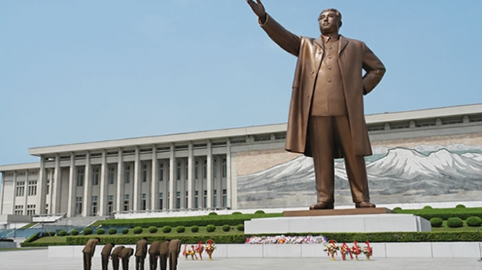 North Korean soldiers paying respect to the president Kim Il-sung.