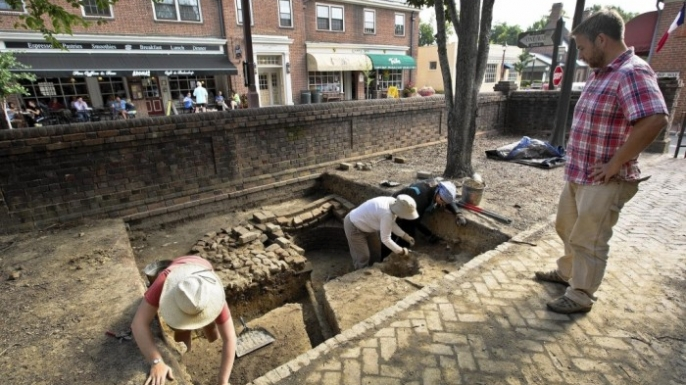 Students excavate the possible site of an 18th-century black school in Williamsburg, Virginia. (Credit: Stephen Salpukas/ College of William & Mary)