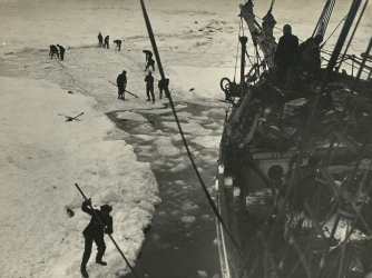 Strenuous endeavors are made to free the Endurance from the ice. (Credit: Frank Hurley/Getty Images)