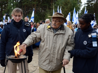 Samuel Willenberg lights a candle in front of the monument of Treblinka. (Credit: JANEK SKARZYNSKI/AFP/Getty Images)