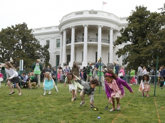 Children roll eggs during the 2013 Easter Egg Roll at the White House April 1, 2013. (Credit: Mark Wilson/Getty Images)