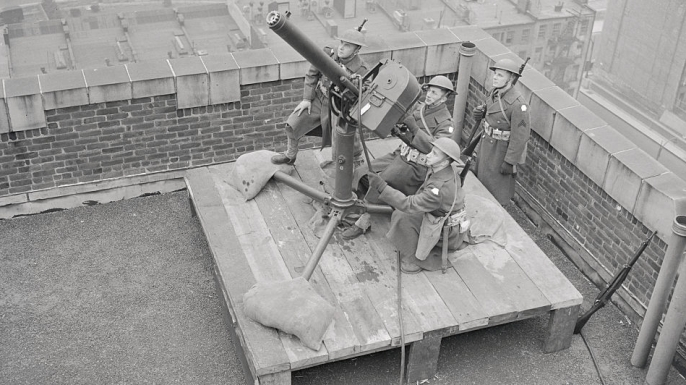 Soldiers manning anti-aircraft guns in New York City. (Credit: Bettmann/Getty Images)