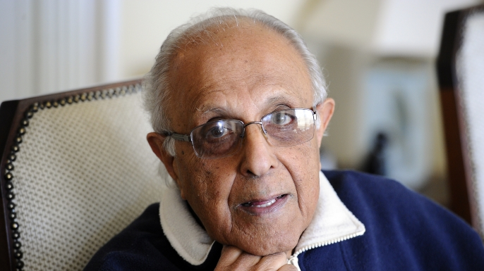 Ahmed Kathrada poses on July 16, 2012. (Credit: STEPHANE DE SAKUTIN/AFP/GettyImages)