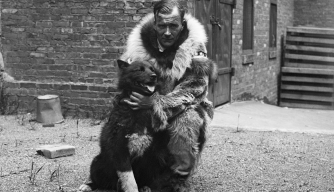 Sledder Gunnar Kasson hugs his famous dog Balto. (Credit: Bettmann/Getty Images)