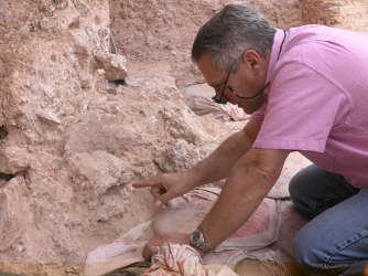 Dr. Jean-Jacques Hublin on first seeing the new finds at Jebel Irhoud (Morocco). He is pointing to the crushed human skull (Irhoud 10) whose orbits are visible just beyond his finger tip. (Credit: Shannon McPherron, MPI EVA Leipzig, License: CC-BY-SA 2.0).