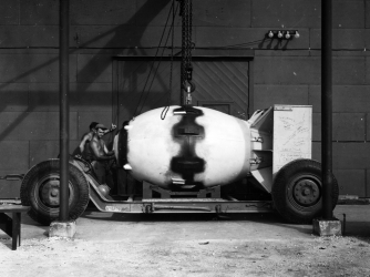 manhattan project summary In 1939, the us discovered that the nazis in germany were working to develop  a weapon of unprecedented destructive power based on releasing the energy.