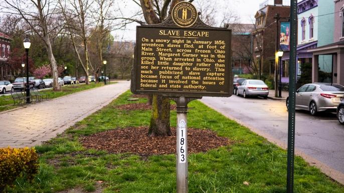 Historical marker describing the slaves escape in Covington, Kentucky. (Credit: Todd Bannor/Alamy Stock Photo)