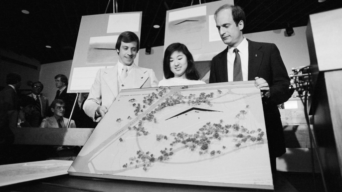 Jan C. Scruggs (L), President of the Vietnam Veteran's Memorial Fund, and Project Director Bob Doubek (R) display the final design for the memorial, designed by Yale architecture student Maya Ying Lin. (Credit: Bettmann/Getty Images)