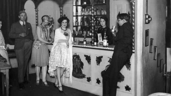 Flappers at the bar of Isa Lanchester's night club in London, 1925. (Credit: General Photographic Agency/Getty Images)