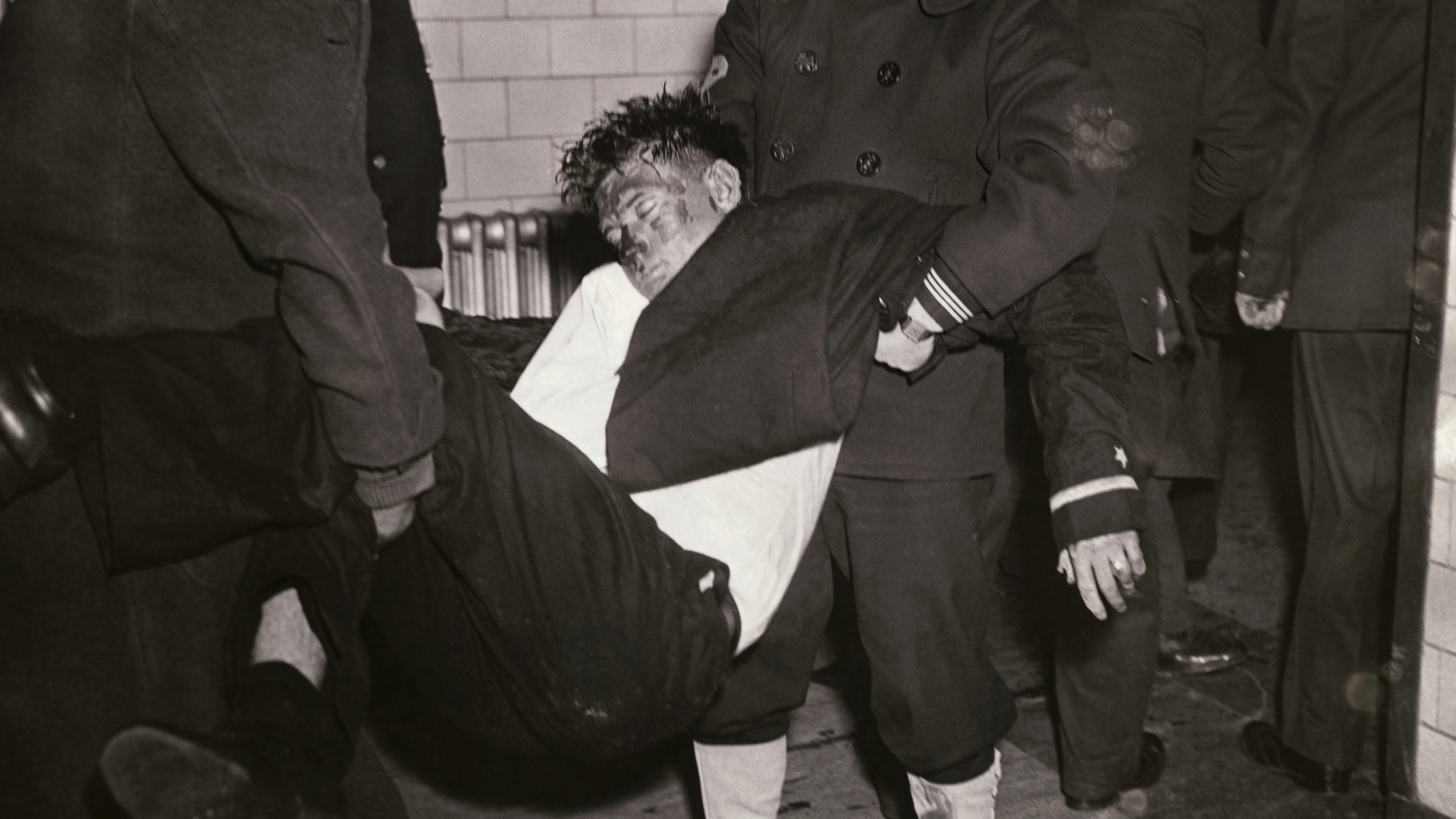 One of the victims of the Cocoanut Grove fire being carried out to safety. (Credit: Bettmann Archive/Getty Images)