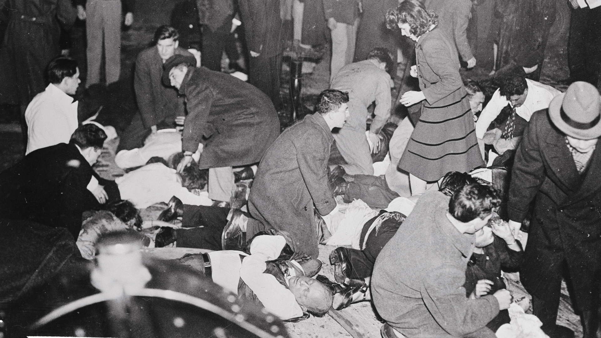 Dead, dying and injured outside the Cocoanut Grove while civilians and doctors administer aid after the fire. (Credit: Bettmann Archive/CORBIS/Getty Images)