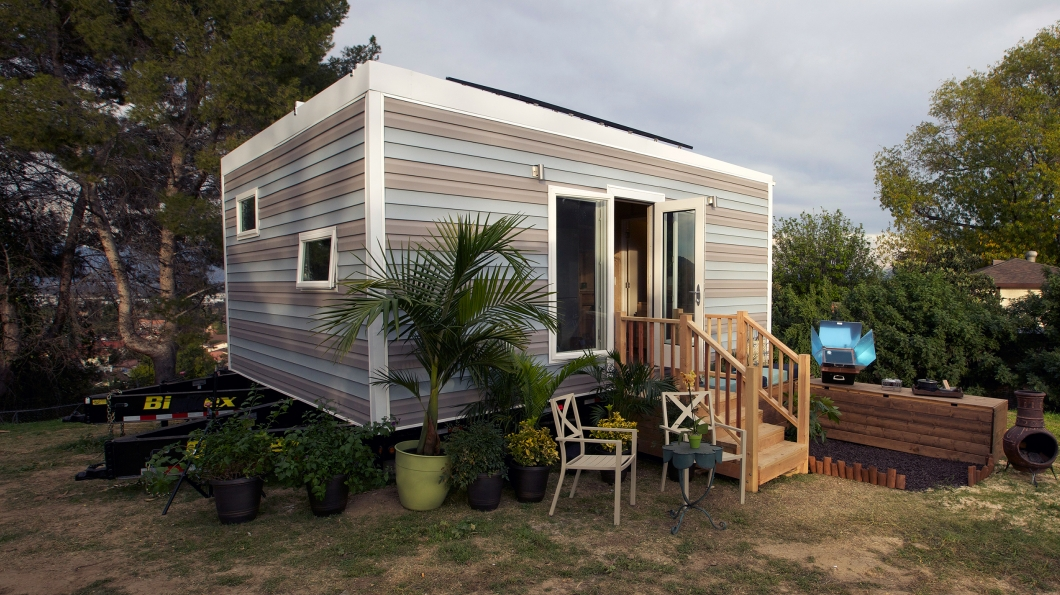 thn s3 e2 1 Solar Powered Studio Pictures Tiny House Nation