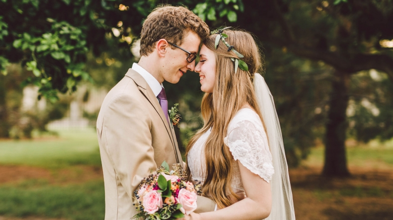9-Benefits-of-Marrying-Young-Featured-D Jika 11 Tanda Ini Ada Pada Sang Suami, Berarti Dia adalah Sahabat Terbaikmu Juga. Cek di Sini, Yuk!