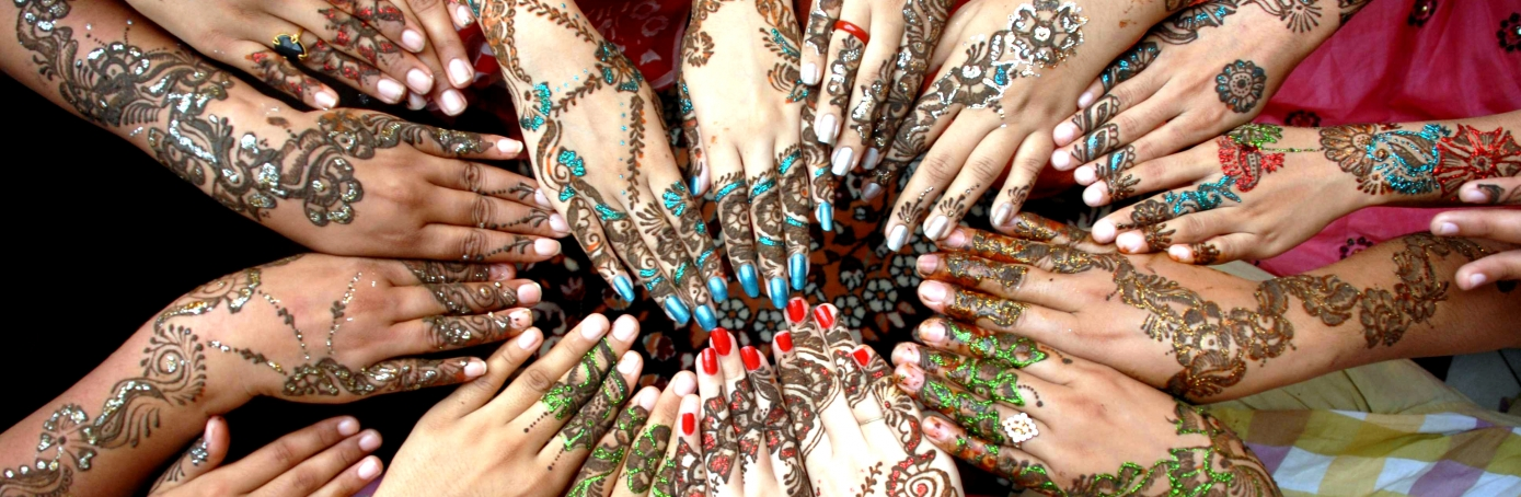 Best Festival Eid Al-Fitr Decorations - girls-with-hands-decorated-with-henna-H  Snapshot_208146 .jpeg