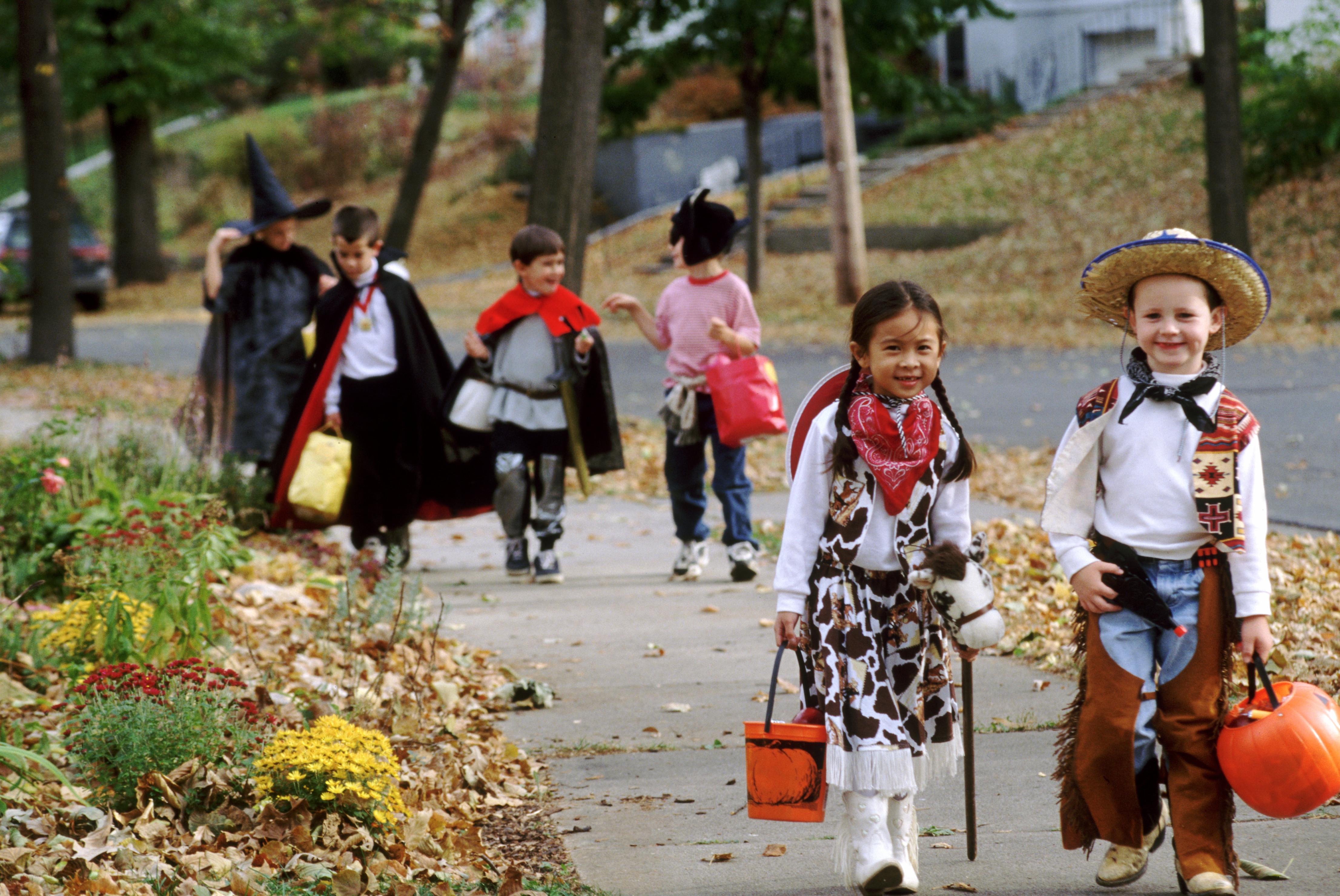 halloween trick or treating costumes children  sc 1 th 183 & trick-or-treating-children - Halloween Pictures - Halloween ...