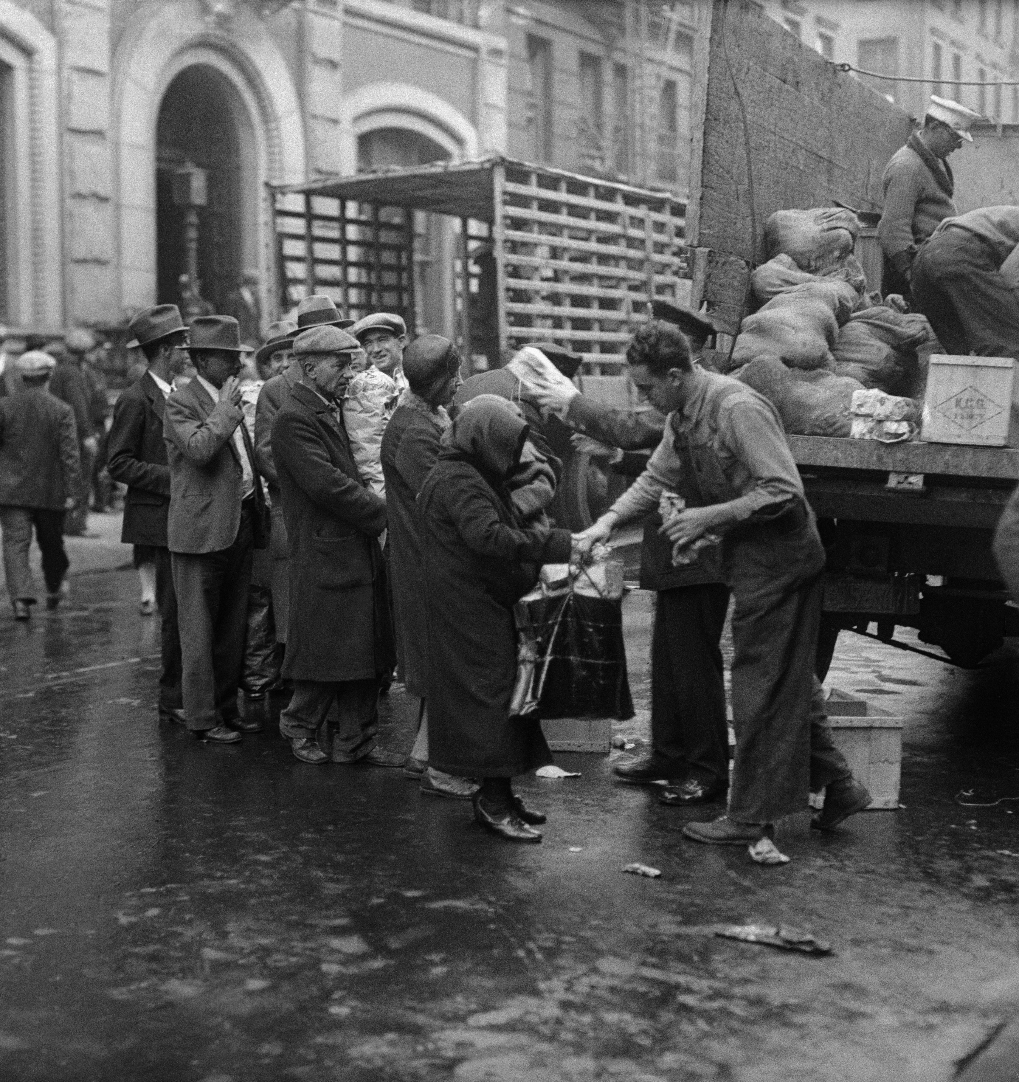 soup kitchens and breadlines pictures the great depression charities soup kitchens breadlines state officials federal officials the great depression