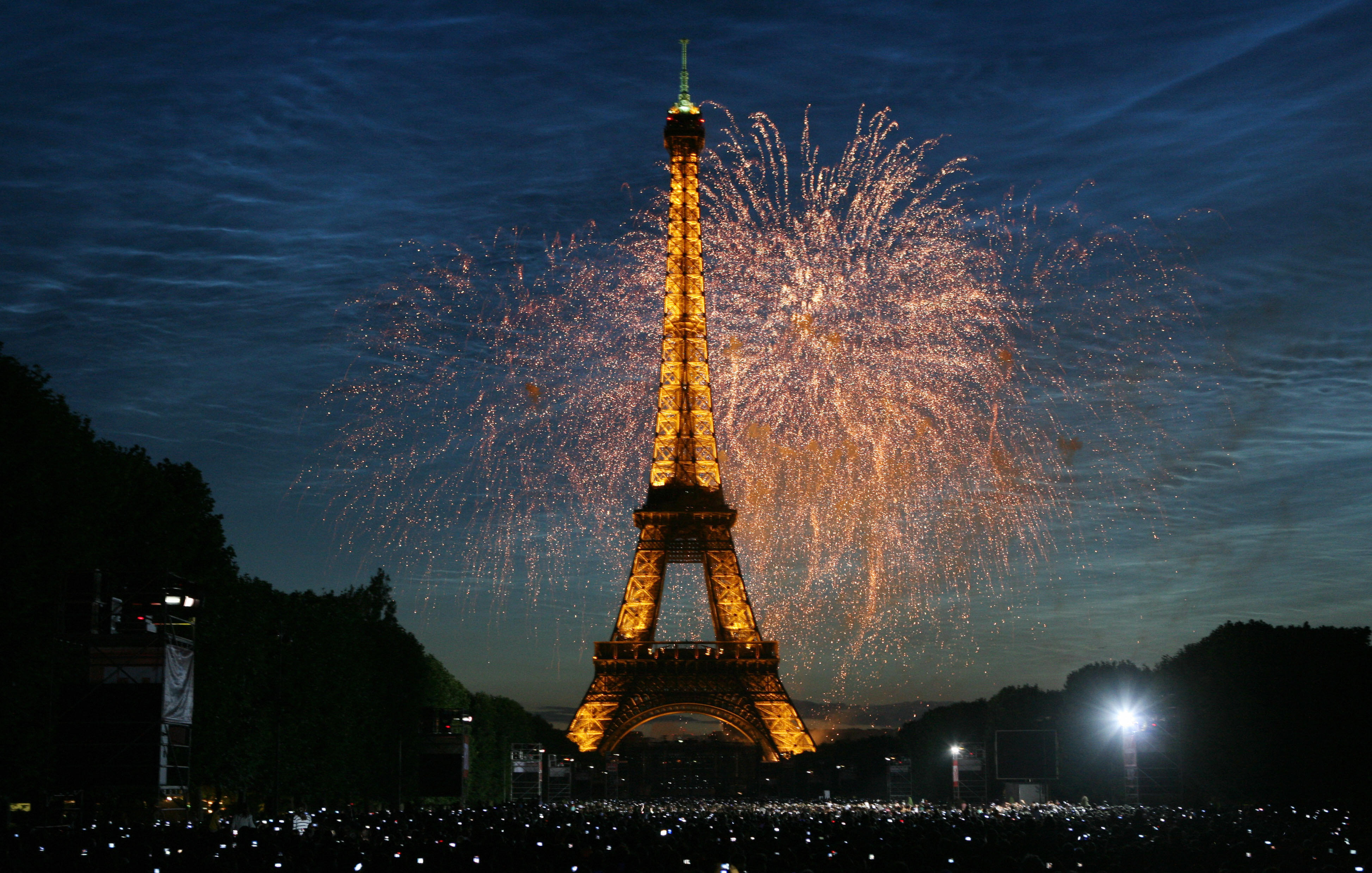fireworks-burst-over-the-eiffel-tower-1 - french revolution pictures