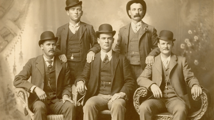 The Wild Bunch in 1901, with Henry Longabaugh (Sundance Kid) sitting far left and Robert LeRoy Parker (Butch Cassidy) sitting far right. (Credit: The Print Collection/Print Collector/Getty Images)