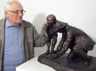 Samuel Willenberg with his statue, father helping his son take off his shoes before entering the gas chambers at Treblinka. (Credit: Yad Vashem)