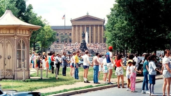 Hands Across America, Philadelphia, Benjamin Franklin Parkway. (Credit: Hands Across America)