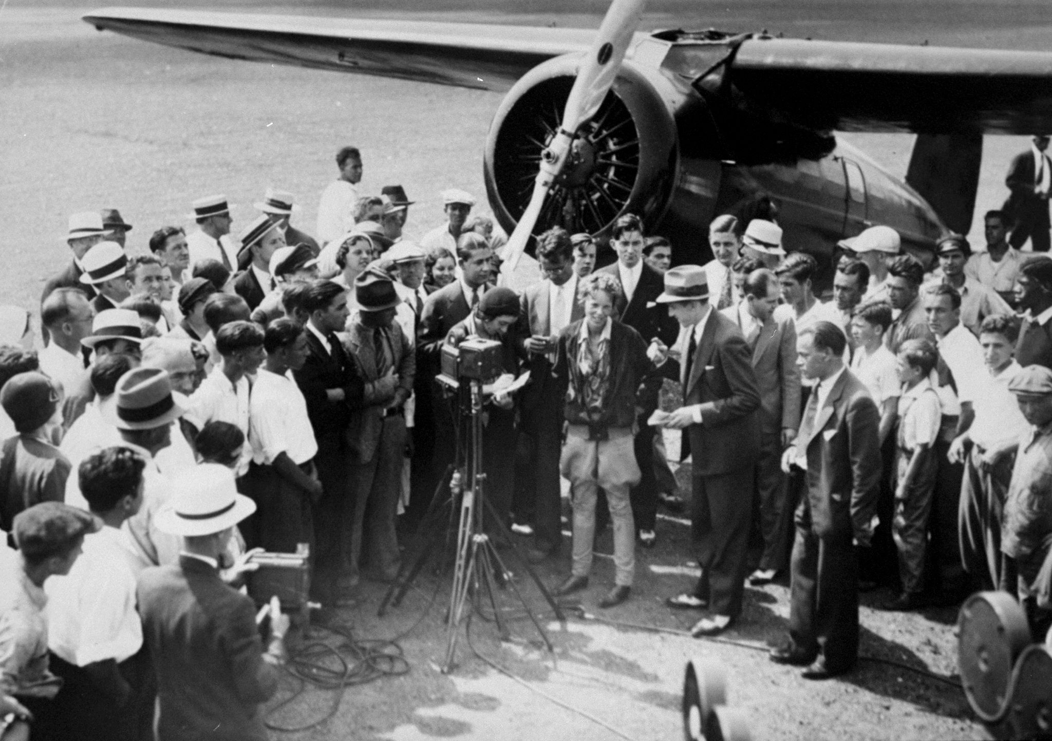 Image result for amelia earhart became the first woman to fly across the u.s. non-stop es