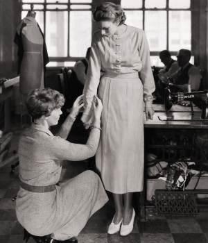 Amelia Earhart putting the finishing touches on a blouse. (Credit: Bettmann//Getty Images)