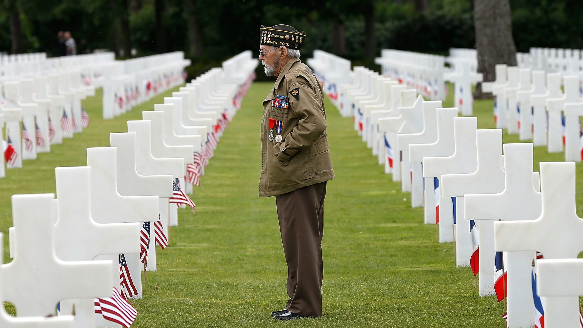 World War II veteran William Spriggs, of the 83rd Infantry Division and who took part in the invasion of Normandy, searches for fallen comrades in the Normandy American Cemetery, 2014. (Credit: Win McNamee/Getty Images)