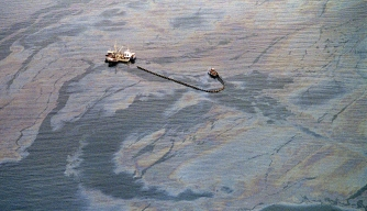 An oil skimming operation works in a heavy oil slick near Latouche Island, a week after the beginning of an oil disaster which occurred when the tanker Exxon Valdez ran aground in 1989 and spilled 11 million gallons of crude oil into Prince William Sound off Alaska. (Credit: Chris Wilkins/AFP/Getty Images)